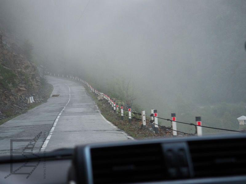 Górska droga we mgle (Gruzja na własną rękę)