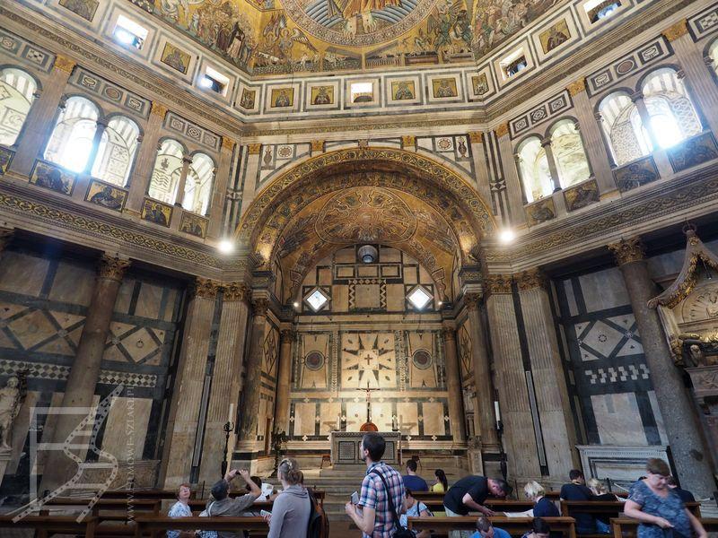 Wnętrze baptysterium katedry