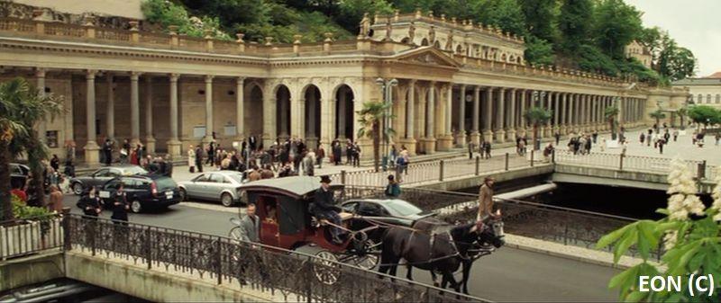 """""""Casino Royale"""", James Bond i stacja kolejowa w Czarnogórze, faktycznie kolumnada w Karlowych Warach"""
