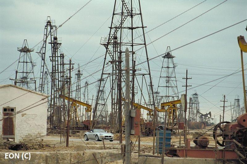 """""""Świat to za mało"""", James Bond i rafinerie naftowe w Baku"""