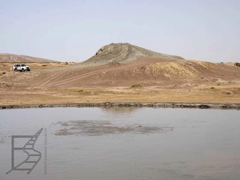 Jezioro, w tle wulkany błotne (Alat, Azerbejdżan)