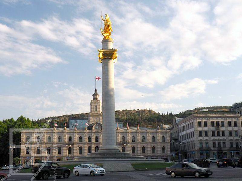 Plac Wolności, z tyłu jest urząd miasta Tbilisi