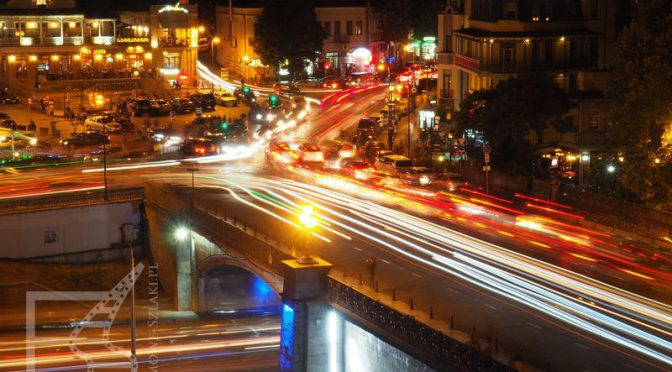 Most Metechi w Tbilisi nocą