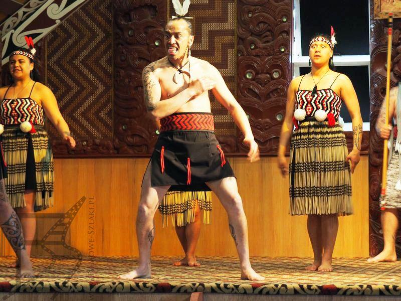 Maorysi tańczący hakę (Te Puia, Rotorua)