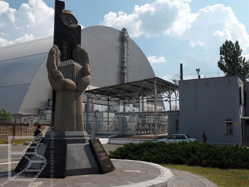 Arka nad sarkofagiem nad 4 reaktorem i kolejny pomnik (Czarnobyl)