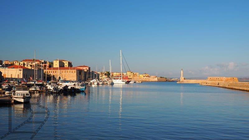 Stary port wenecki (Chania, Kreta, Grecja) z latarnią morską