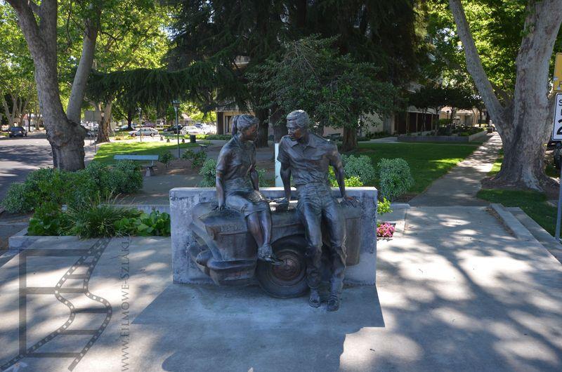 """Pomnik upamiętniający George'a Lucasa i """"Amerykańskie graffiti"""" w Modesto"""