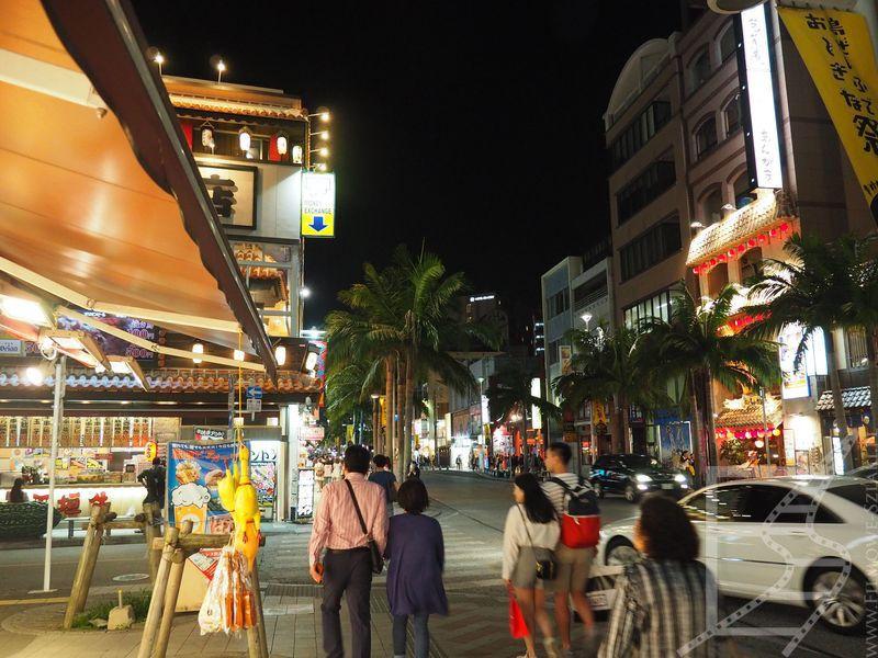 Naha nocą, centrum turystyczne (Naha Kokusai Dori Shopping Street)
