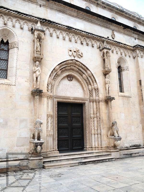 Wejście do katedry lub do Żelaznego Banku w Braavos