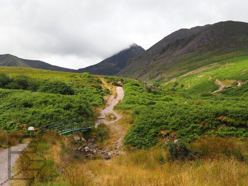 Początek drogi na szczyt Carrantuohill od strony Cronin's Yard