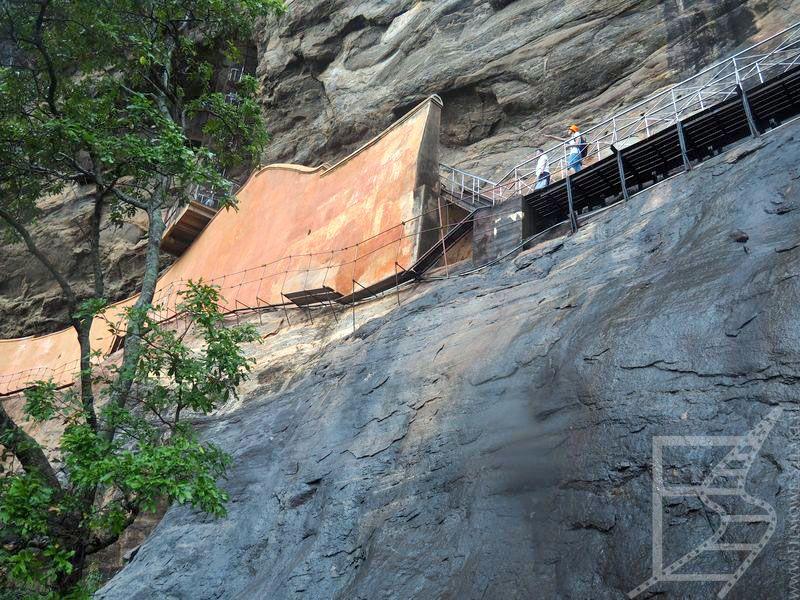 Ściana lustrzana z dołu