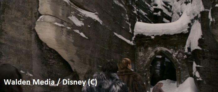 """Gotycka Brama jako Narnia w filmie """"Opowieści z Narnii: Lew, Czarownica i Stara Szafa"""". Krótkie ujęcie wędrówki dzieci. (Skalne Miasto Adršpach, Czechy)"""