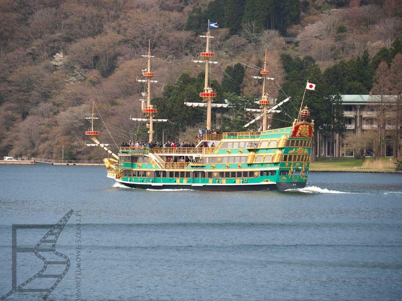 Jeden z okrętów kursujących po jeziorze Ashi