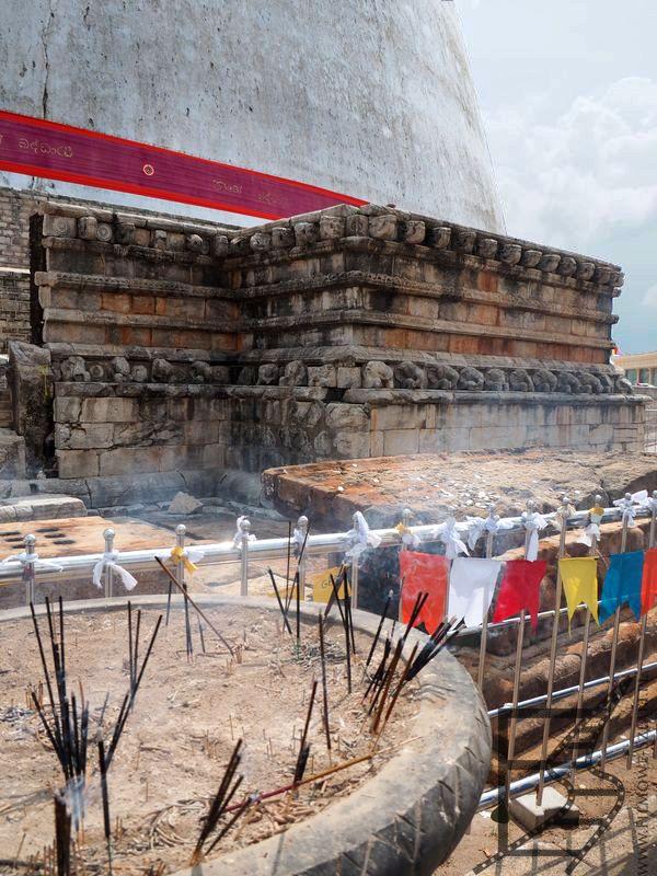 Proporce i kadzidełka, Stupa Ruwanwelisaya
