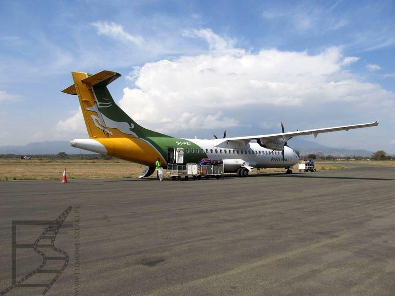 Samolot Precision Air na lotnisku w Arushy. Lot wewnętrzny w Tanzanii, RE 261/2004 nie obowiązuje.