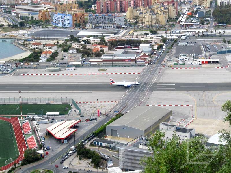 Przejście przez lotnisko na Gibraltarze. W razie potrzeby można powołać się na RE 261/2004, przynajmniej do Brexitu.