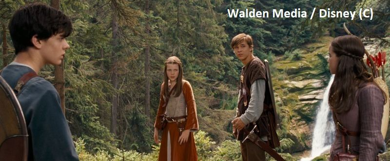 """""""Opowieści z Narnii: Książe Kaspian"""" i Narnia w Polsce (Wodospad Kamieńczyka). Dzieci starają się odnaleźć Aslana, a wodospad widzimy w tle."""