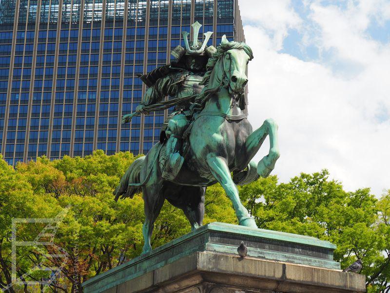 Pomnik samuraja Kusunoki Masashige, który zasłynął wiernością cesarzowi (i seppuku).