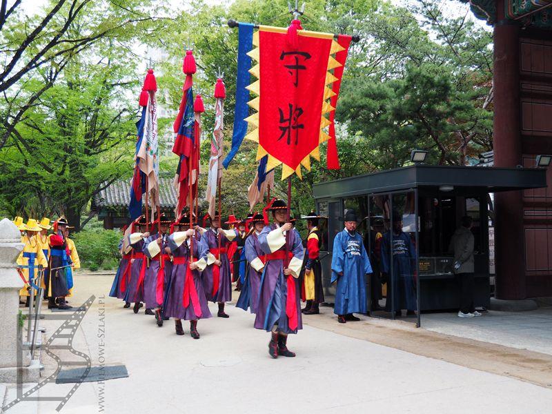 Pałac Deoksugung, zmiana warty. (Seul)