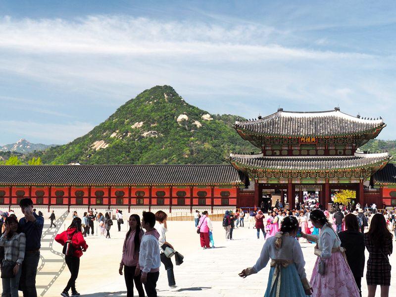 Pałac Gyeongbokgung, w tle góra  Bugaksan (Seul)