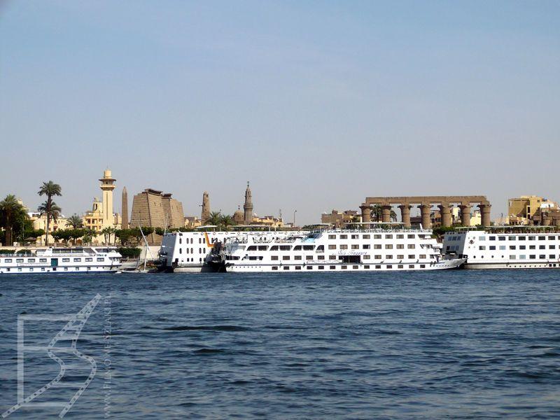 Rejs po rzece Nil, w tle Świątynia Luksorska
