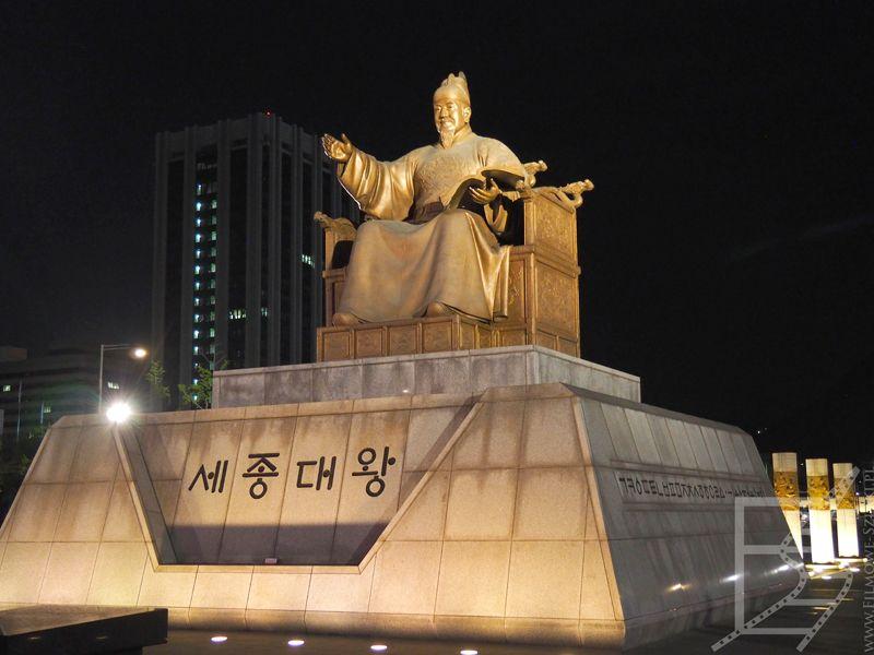 Sejong Wielki. Jego pomnik to punkt spotkań w Seulu.