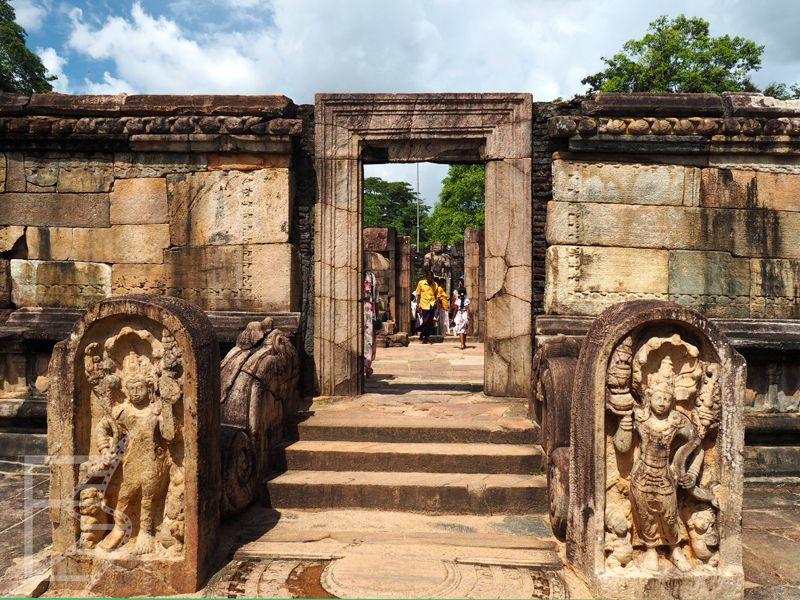 Wejście do kolejnej świątyni, Polonnaruwa