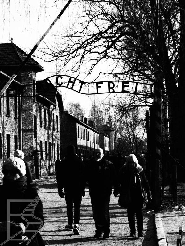 Przejście przez bramę w Auschwitz