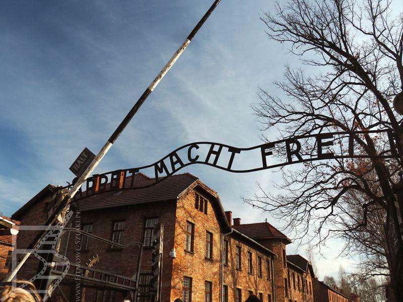 Słynna brama w Auschwitz