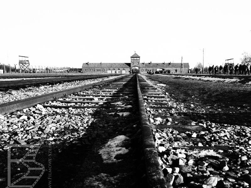 Brama Birkenau z daleka