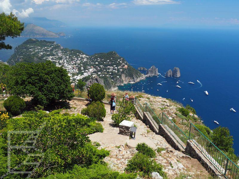 Widok z Monte Solaro na Faraglioni i zatokę