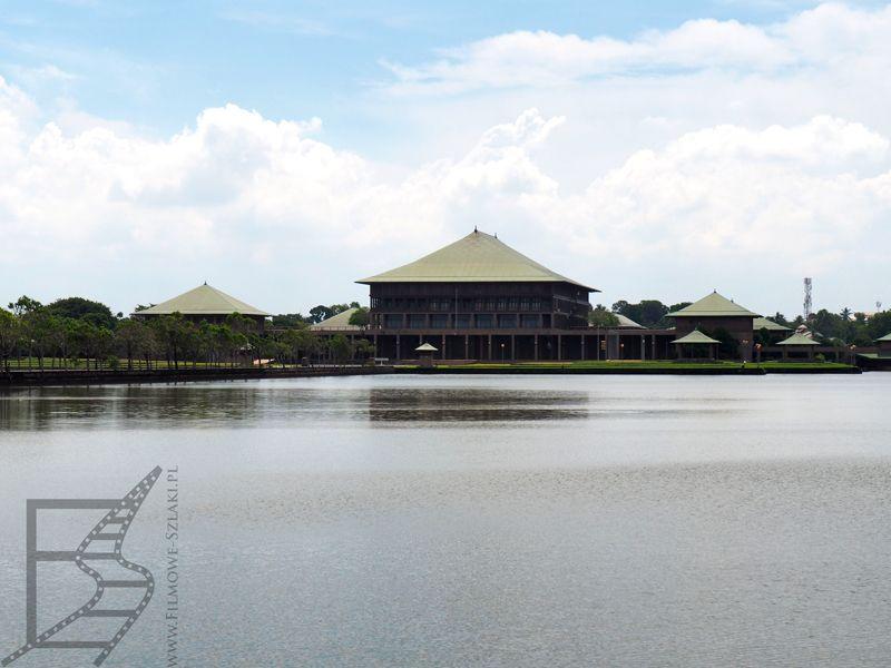 Budynek lankijskiego parlamentu nad jeziorem