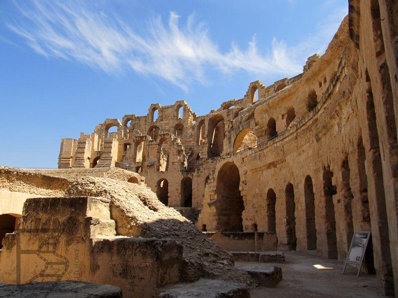 Amfiteatr w Al-Dżamm ostał się w dość dobrej formie