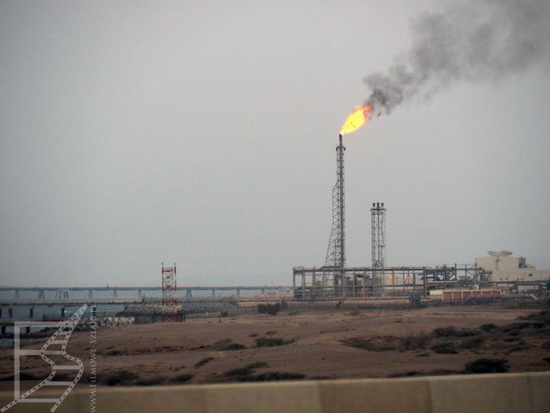 Rafineria w przemysłowym mieście Sur