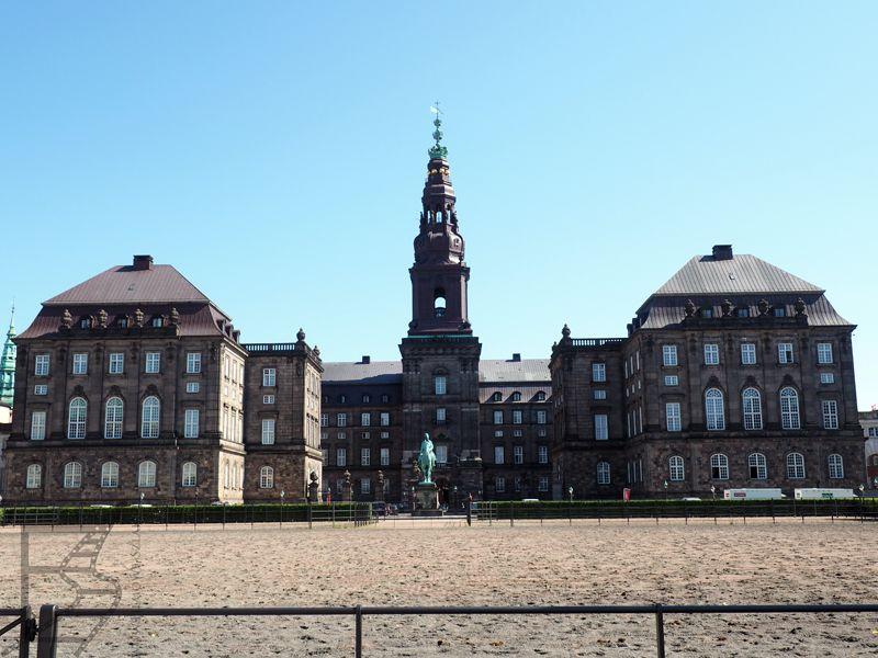 Pomnik Fryderyka VII przed pałacem Christiansborg