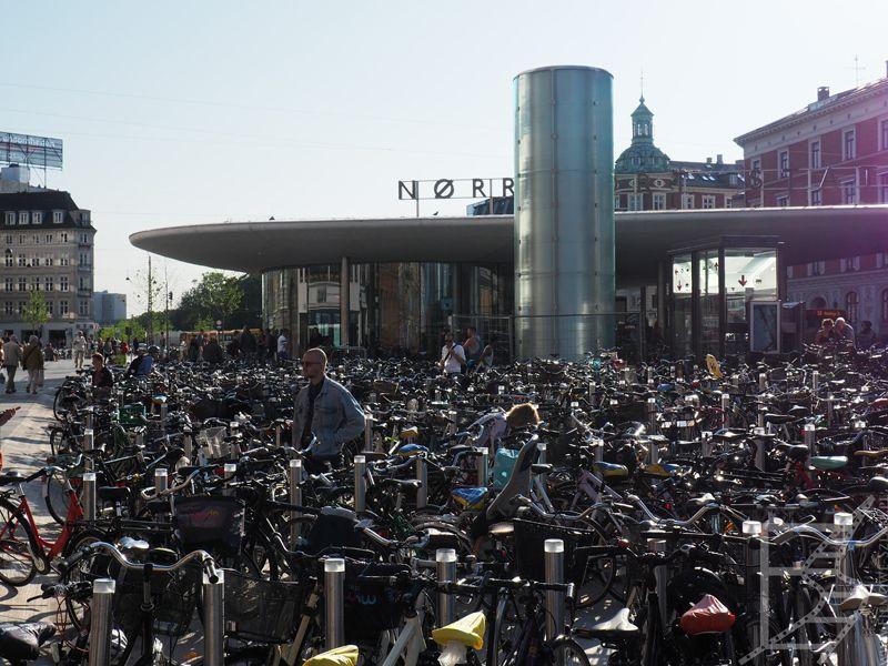 Kopenhaga ma bardzo dobrą komunikację rowerową, przy tym nie jest uprzywilejowana względem pieszych
