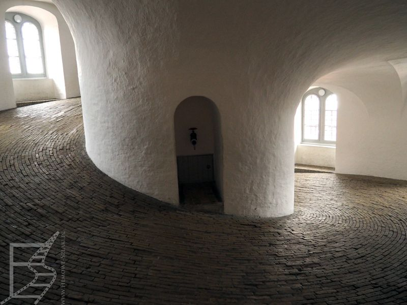 Kopenhaga, wieża Rundetårn i specyficzne wejście na górę