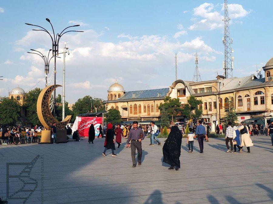 Plac Imama Chomejniego znajduje się w samym centrum Hamadanu