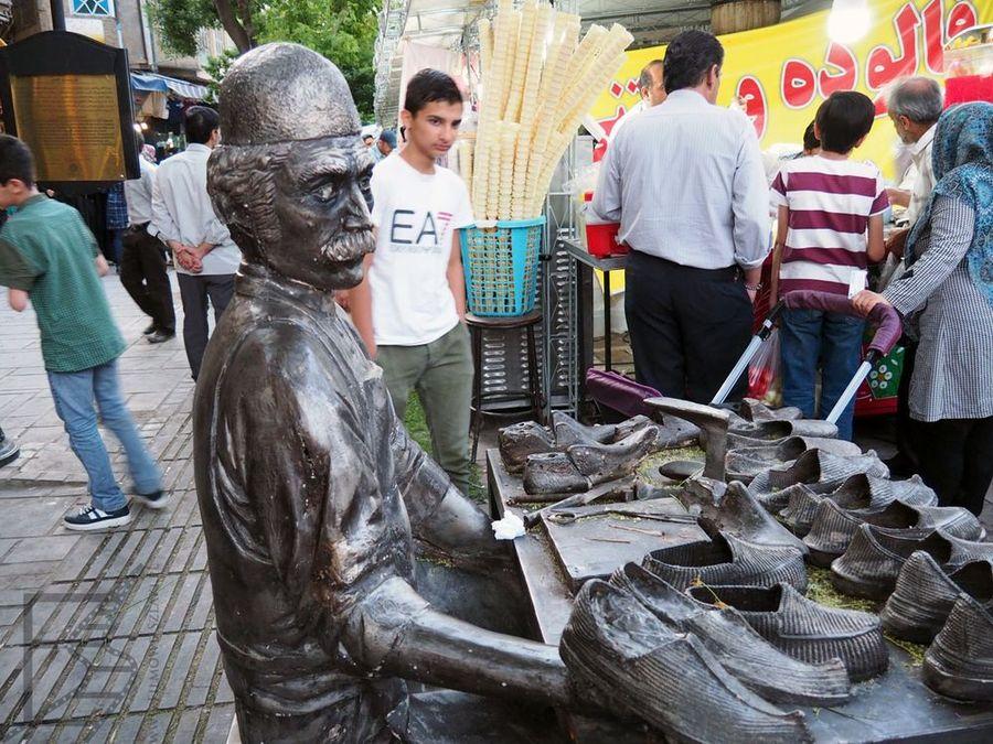 Hamadan: Na bazarze są rzeźby przedstawiające dawne rzemiosła