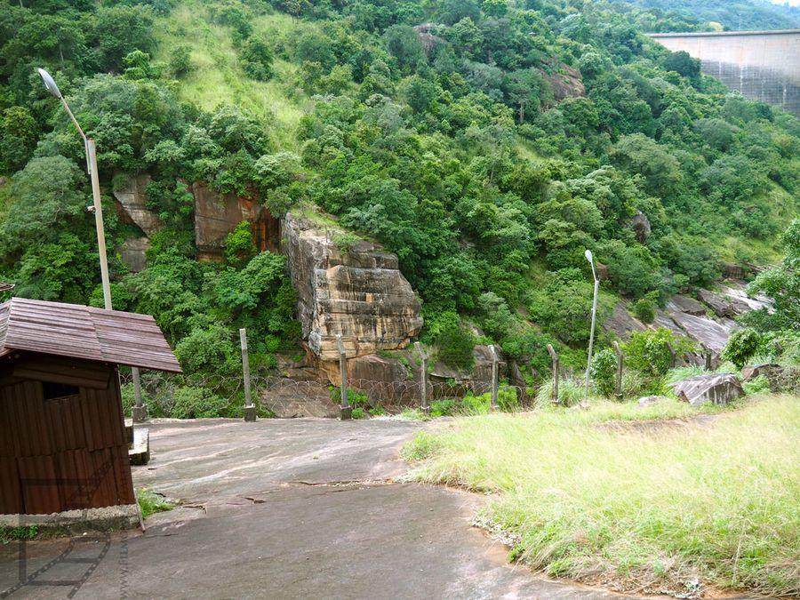 Widok na skałę przy tamie