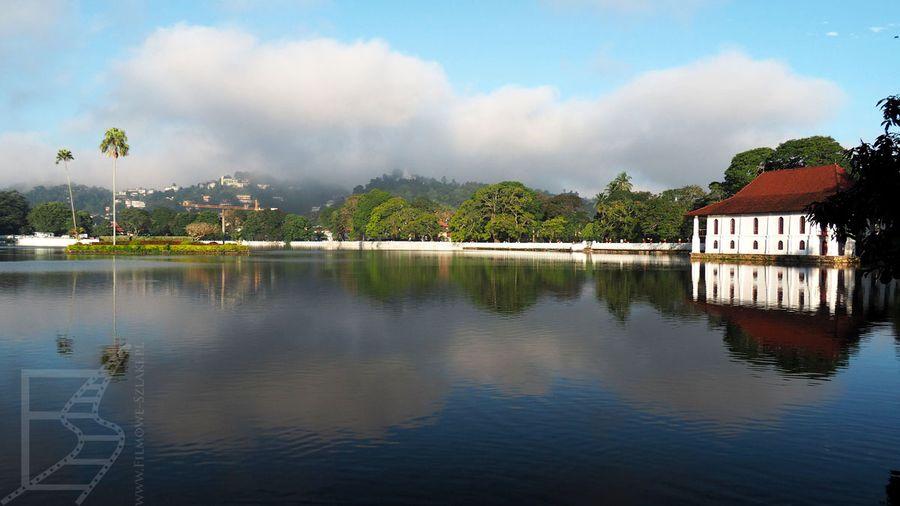 Sztuczne jezioro przy świątyni Zęba