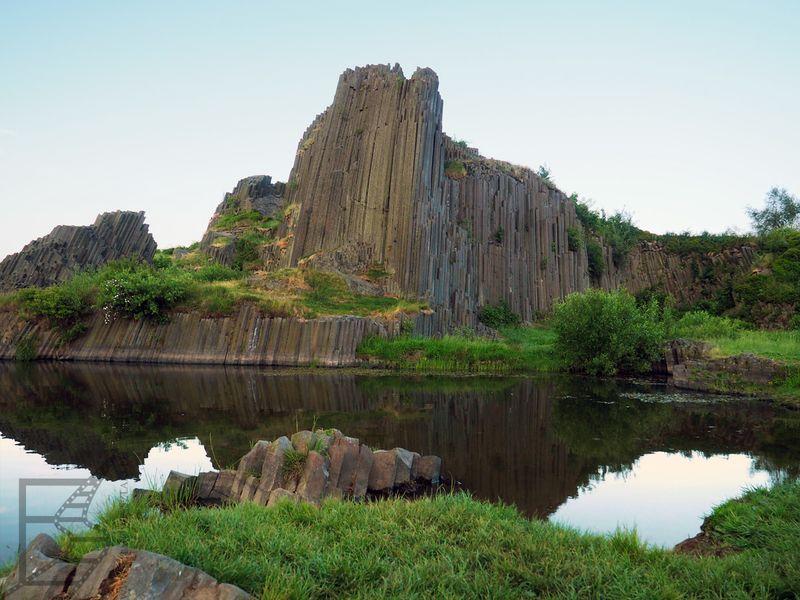 Widok na skałę i jeziorko