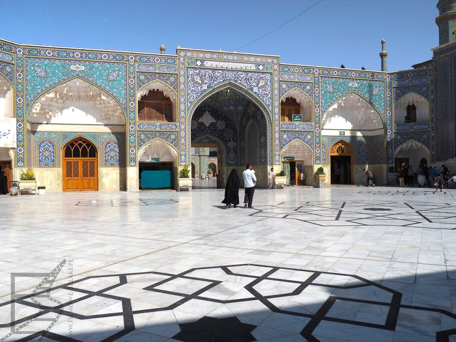 Mały plac wewnątrz mauzoleum Fatimy Masumeh (Kom, Iran)