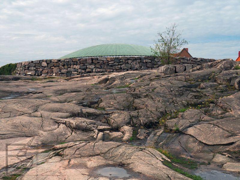 Kościół Temppeliaukio od góry wygląda jak zwykła skała
