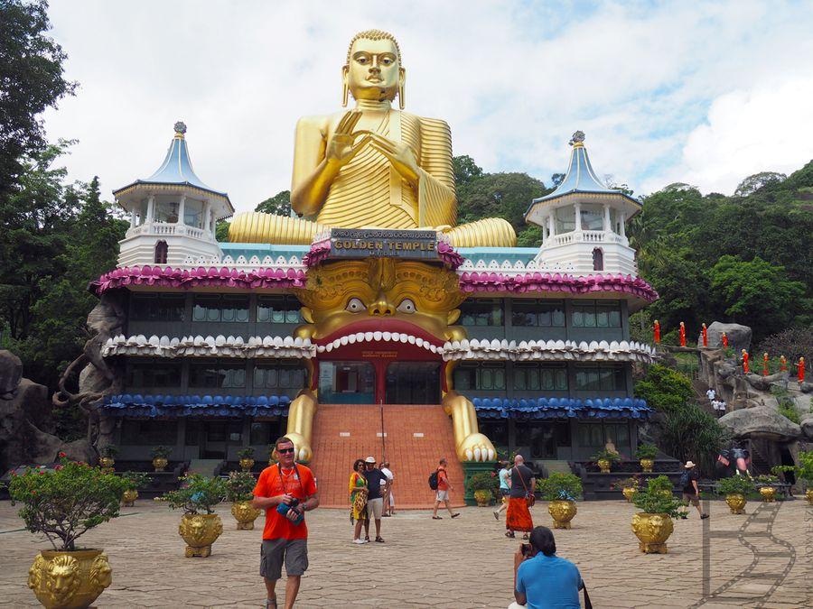 Złota Świątynia w Dambulla z wielkim Buddą