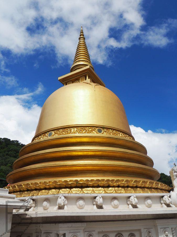 Dagoba (stupa) przed głównym wejściem