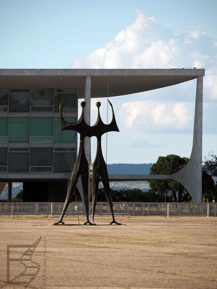 Pomnik wojowników, w tle pałac prezydencki (Palácio do Planalto)