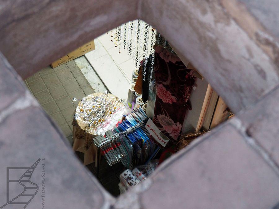 Bazar w Kaszanie widoczny przez otwór wentylacyjny na dachu