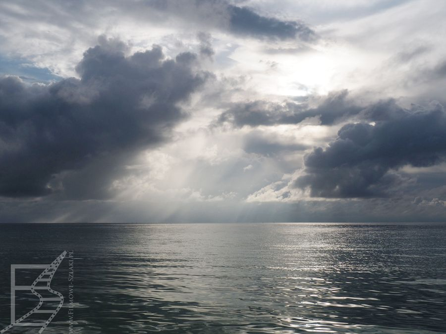 Widok na atol Laamu z hotelowej plaży