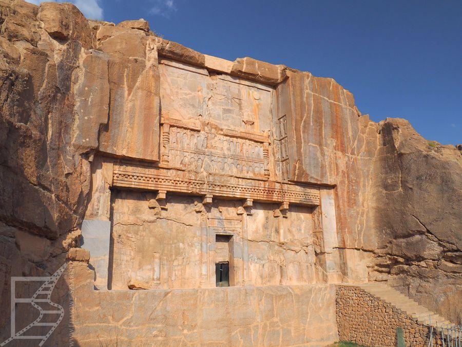 Rzeźbiona fasada grobowca